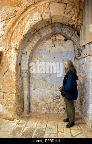 Prüfung Frau umgebaut blockierte gewölbte Tor entlang Via Dolorosa in Jerusalem-Altstadt - Stockfoto
