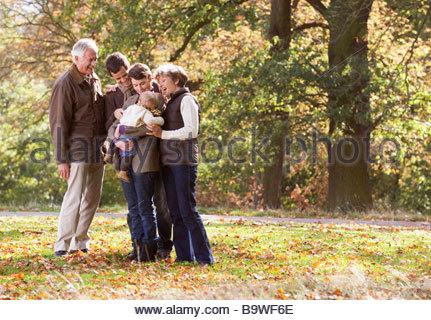 Eine Familiengruppe stehen zusammen im Herbst - Stockfoto