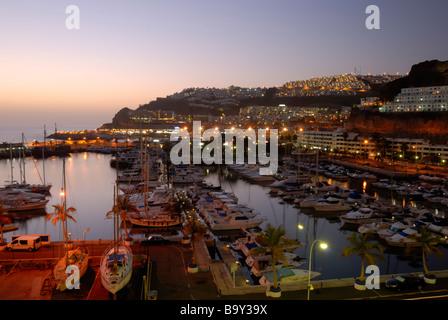 Einen schönen Abend Blick über die kleine Küstenstadt Puerto Rico. Puerto Rico, Gran Canaria, Kanarische Inseln, - Stockfoto