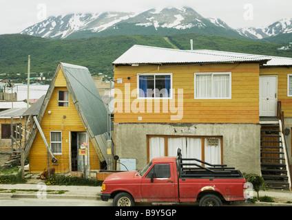 kleine holzhauser in der stadt von ushuaia tierra del fuego argentinien sa 1 4 damerika stockfoto preise
