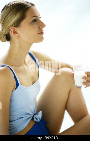 Frau mit Glas Milch, Seitenansicht - Stockfoto