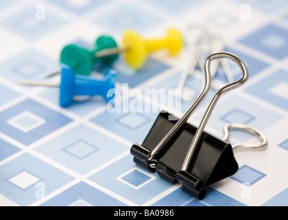 Binder Clip und Push-Pins (Karte pin) - Stockfoto