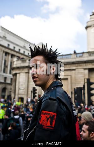 Demonstrant mit Spikey punk Frisur zu einem G20-Demonstration in der Innenstadt von London. - Stockfoto