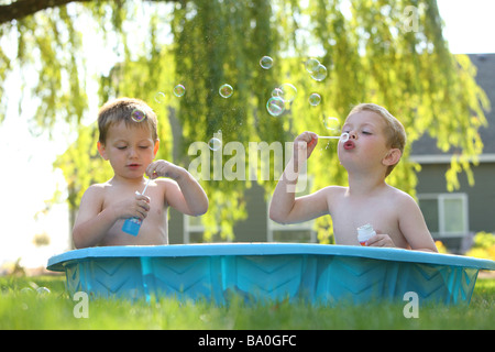Zwei junge Burschen im Pool Seifenblasen - Stockfoto
