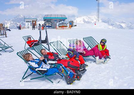 eine Familie in Ruhe Leinwand Stühle auf der Reiteralm in der Steiermark, im Hintergrund Berge Dachstein, Österreich - Stockfoto