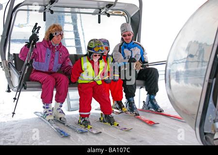 eine Familie aus dem Sessellift auf der Reiteralm in der Steiermark, Österreich - Stockfoto