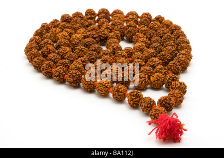 Japa Mala Reihe von Perlen, die üblicherweise von Hindus und Buddhisten auf weißem Hintergrund Stockfoto
