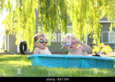 Zwei junge Burschen im Pool mit Brille - Stockfoto