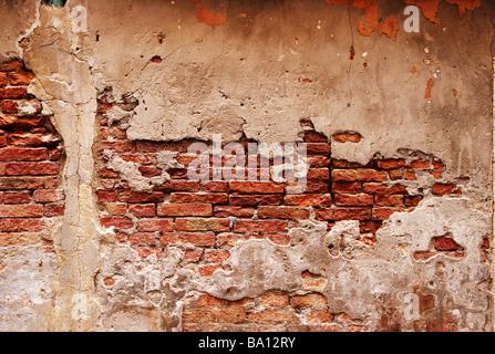 Mediterrane Mauerwerk und Putz bröckelt - Stockfoto