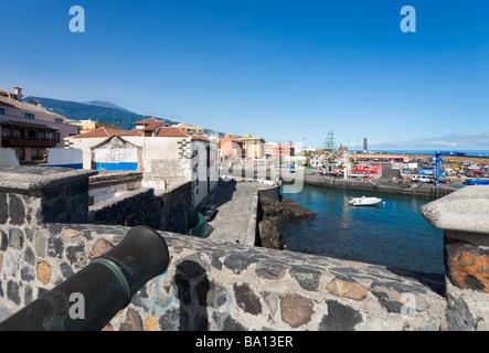 BATERÍA de Santa Bárbara mit den Teide in Ferne, Puerto Pesquero, Puerto De La Cruz, Teneriffa, Kanarische Inseln, - Stockfoto