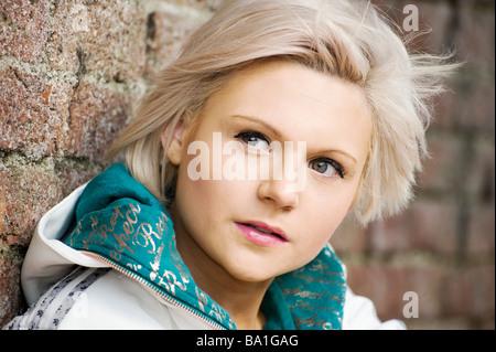 Hübsche junge blonde Mädchen warten sehnsüchtig außerhalb - Stockfoto