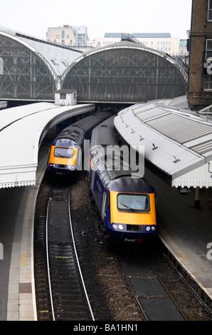 Blick nach unten auf zwei Züge, die darauf warten, vom Bahnhof Paddington, London fahren.  März 2009 - Stockfoto