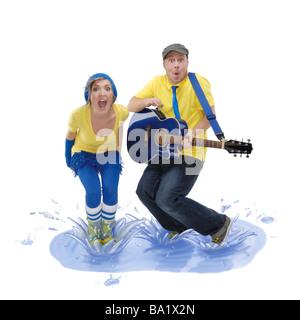 Mann und Frau in einer Pfütze springen - Stockfoto