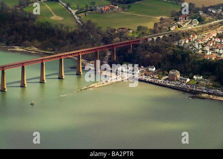 Foto von Antenne von her Eisenbahnbrücke und South Queensferry anzeigen - Stockfoto