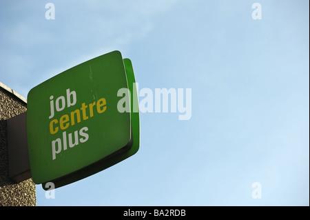 Arbeitsamt Pluszeichen in Brighton vor blauem Himmel - Stockfoto