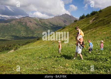 & Söhne Vater Wildblumen auf Hügel von Glen Alpen Gebiet Chugach State Park Alaska Sommer - Stockfoto