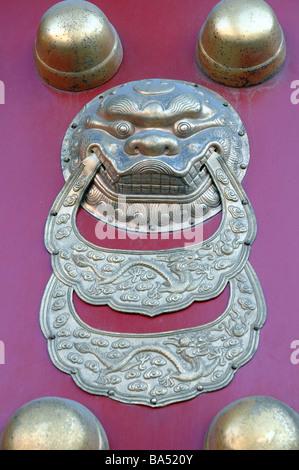 Tür-Dekoration in der verbotenen Stadt, Peking, China. - Stockfoto