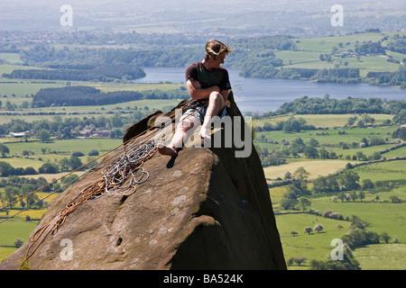 Bergsteiger auf die Kakerlaken (Blick in Richtung Tittesworth Reservoir), Peak District National Park, Staffordshire. - Stockfoto