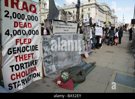 Gruppe von Tamil Demonstranten zeigen, über die Kämpfe in Sri Lanka, außerhalb Parliament Square, London England, - Stockfoto