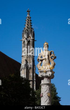 Herrnbrunnen in Herrngasse Sandstein geschnitzte Statue Frau mit Fisch tails Rothenburg Ob der Tauber Deutschland - Stockfoto
