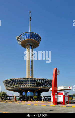 """HSBC """"durchfahren"""" ATM Dienstleistungen Anlage für Autofahrer ca. Mittelpunkt auf King Fahd Causeway verbindet Bahrain, - Stockfoto"""