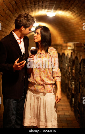 Junges Paar in Bodegas, Holding Weingläser, verliebt - Stockfoto