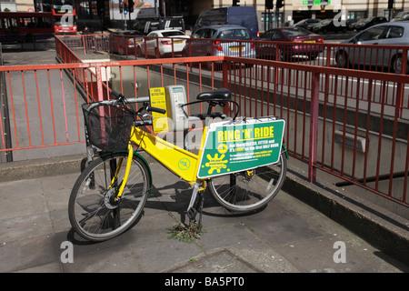 Ring und Fahrt Fahrradverleih. Hammersmith West London England UK - Stockfoto