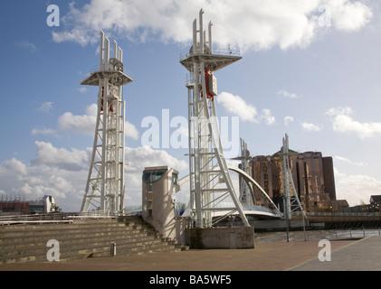 Salford Quays Manchester England UK März Suche entlang der Lowry-Brücke eine Fußgängerbrücke über den Manchester - Stockfoto