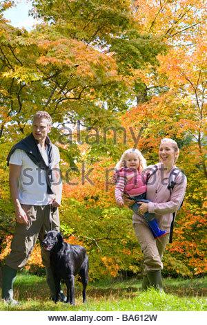 Familie und Hund, Wandern im Wald - Stockfoto
