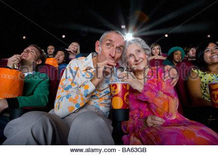 Senior paar teilen zu trinken, im Kino, niedrigen Winkel Ansicht - Stockfoto