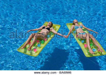Mädchen im Teenageralter schwimmend im pool - Stockfoto