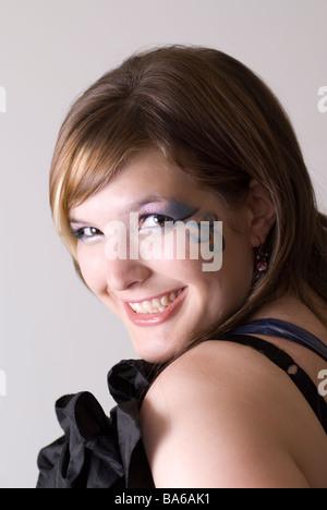 Schöne junge Frau, die über die Schulter schauen - Stockfoto