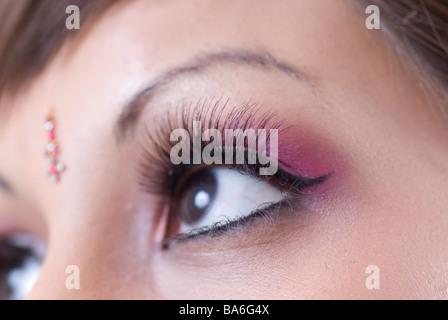 Nahaufnahme von einer jungen Asiatin Augen nach oben - Stockfoto