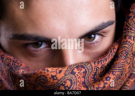 Manndeckung Gesicht mit einem Schal - Stockfoto
