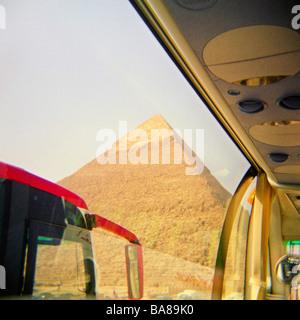 Eines der großen Pyramiden von Gizeh bei Kairo in Ägypten gesehen durch das Fenster einen Touristenbus - Stockfoto