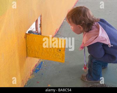 18 Monate altes Kind suchen ins Freiwasser Zählerkasten in Torremolinos Spanien - Stockfoto