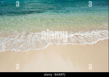 Strand und klares Meerwasser - Stockfoto