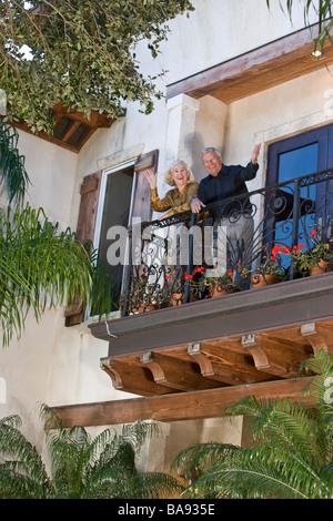 Porträt von älteres paar winken vom Balkon - Stockfoto