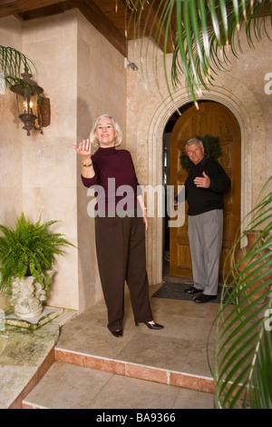 Porträt von älteres paar stand vor luxuriöses Zuhause - Stockfoto