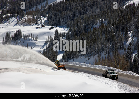 Colorado Department of Transportation frische Schneeräumung mit einer riesigen Schneefräse auf The Million Dollar - Stockfoto