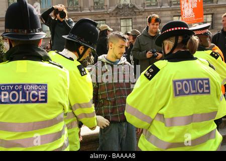 Anti-G20 ist Demonstrant in London von der Londoner Polizei durchsucht. - Stockfoto