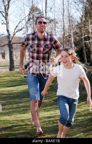 Mädchen mit ihrem Vater, im Garten spielen. - Stockfoto