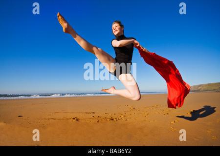 Tanzen am Strand in Cornwall - Stockfoto