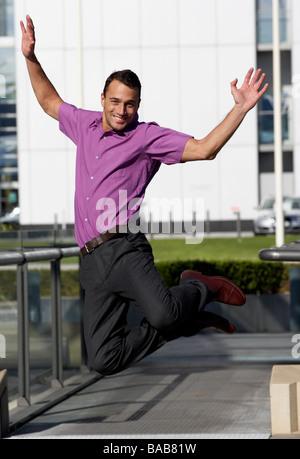 Ein Geschäftsmann, springen auf dem Flughafen, Dänemark. - Stockfoto