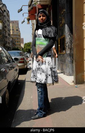 Eine ägyptische Frau posiert für die Kamera in der Innenstadt von Kairo. Ägyptische Frauen gerne verkleiden sich - Stockfoto
