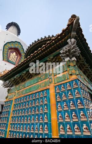 Fliesen Sie-Buddhas an der weißen Pagode, Baihai Park, Peking, China - Stockfoto