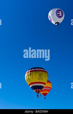 Heißluftballons steigen in den klaren blauen Himmel beim Chateau d ' Oex Internationale Ballonfestival 2009 / Rennen. - Stockfoto