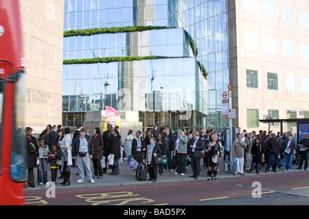 Überfüllten Bus Stop - Feierabendverkehr - London Bridge - Stockfoto