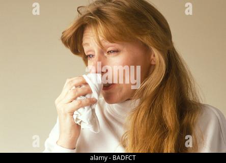 Frau mit eine juckende Nase und tränende Augen als ob an einer Allergie leiden - Stockfoto