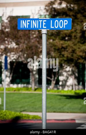 Unendliche Schleife Straßenschild am Hauptsitz von Apple Computer Inc - Stockfoto